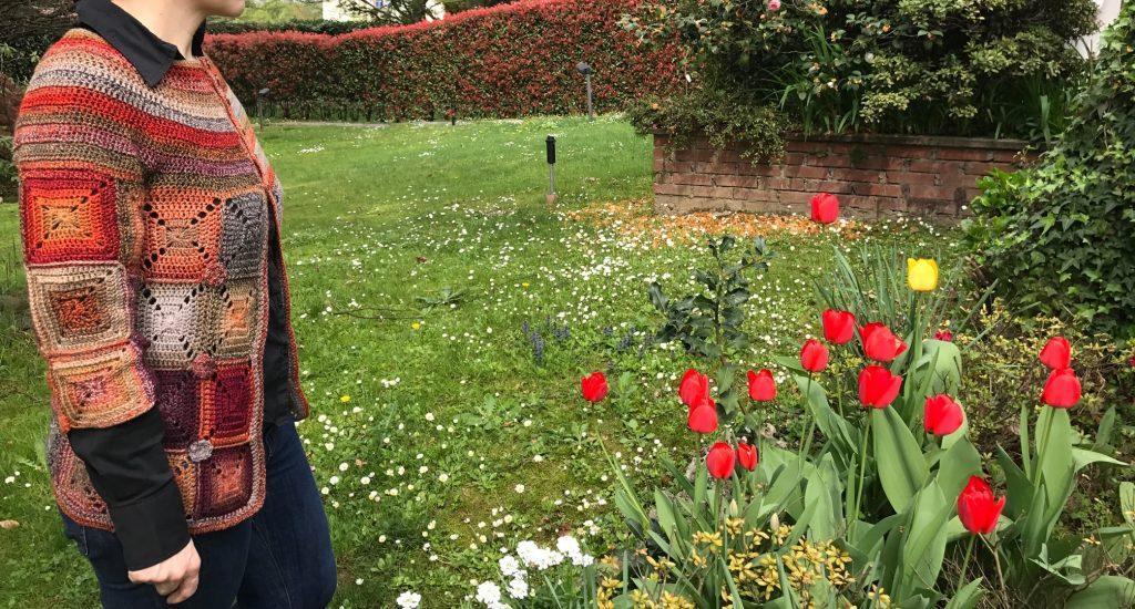 cardigan in mezzo ai tulipani